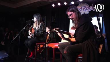 Vanesa Martín calienta su voz junto con Antonio Hueso antes de salir al escenario