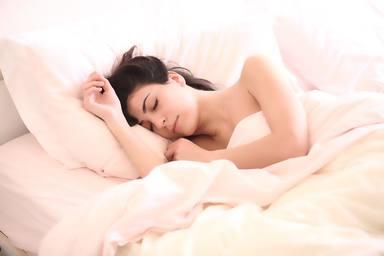 Saps per què hi ha persones que tenen prou dormint 6 hores ?