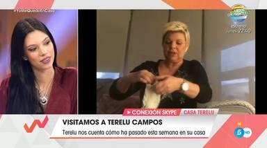 Terelu desinfecta los utensilios que comparte con su madre María Teresa Campos