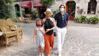 Chenoa y su prometido, Miguel Sánchez Encinas, junto a la hija de este