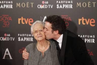 Dani Guzmán con su abuela en los Premios Goya