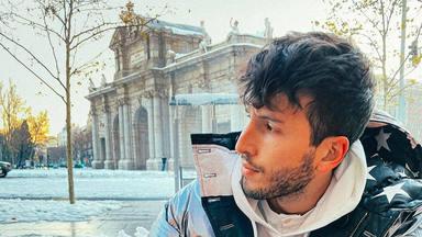 Así ha sido el viaje de Sebastián Yatra a Madrid: Filomena, Lola índigo y café con compañera de su serie de TV
