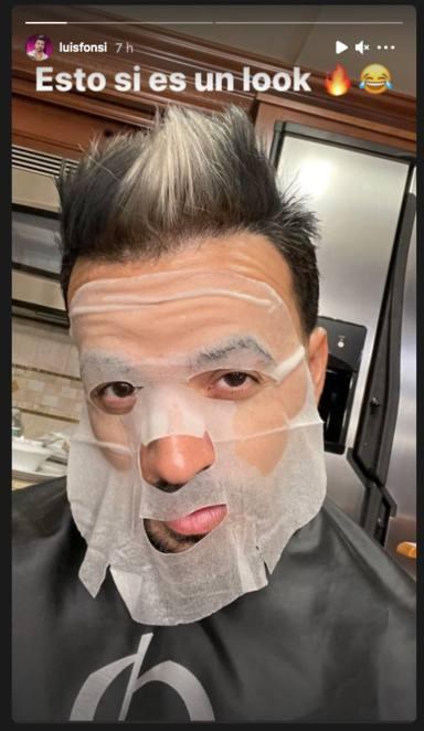 Luis Fonsi en mitad de un tratamiento facial
