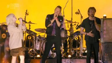Por primera vez, Coldplay y Billie Eilish actúan juntos sobre un escenario y aquí podemos verlo