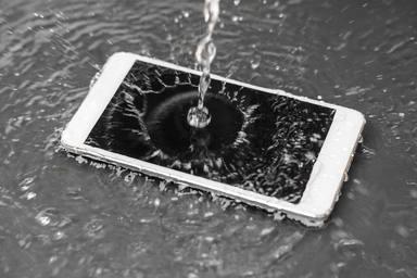 Cómo arreglar un teléfono que se ha mojado