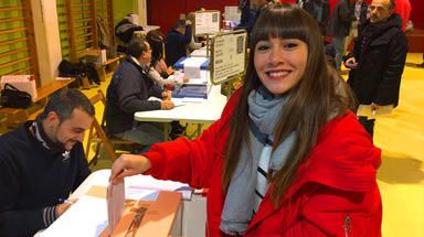 Aitana vota en las elecciones autonómicas de Cataluña en 2017