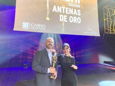Javi Nieves y Mar Amate junto al premio Antena de Oro 2019