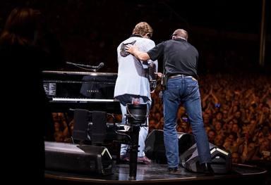 Elton John abandona llorando su concierto y podrían cancelarse las siguientes actuaciones