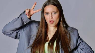 """Eva B muestra su parte excéntrica en """"Frio y calor"""" y un sangriento videoclip"""