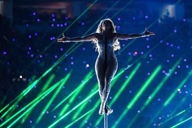 Jennifer Lopez confirma su título de diva del Bronx con 'Cambia el paso'