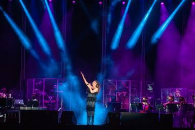 Isabel Pantoja, muy emocionada sobre el escenario en su vuelta musical tras año y medio de silencio artístico