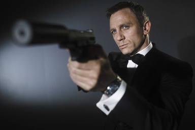 ctv-s0k-oboi-na-stolcom-173320-muzhchiny-daniel-craig-deniel-kreyg-007-pistolet-akter