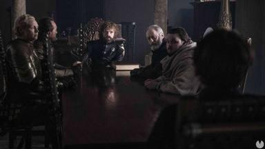 El consejo de la mano del rey, Tyrion Lannister (Peter Dinkladge). A la izquierda, Brienne de Tarth (Gwendolin