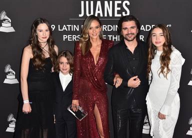 Juanes junto a su mujer y sus hijos antes de recibir el premio a Persona del Año