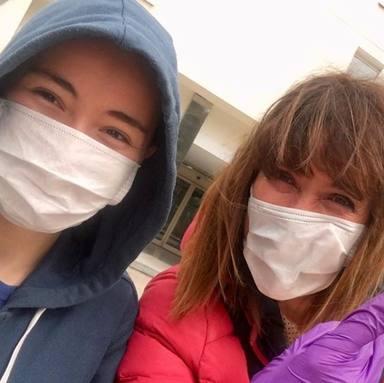 Mabel Lozano junto a su hija al volver a casa tras la operación