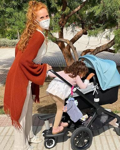 Primer paseo de María Castro con su hija Olivia