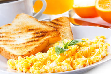 Los huevos revueltos son una muy buena opción para el desayuno