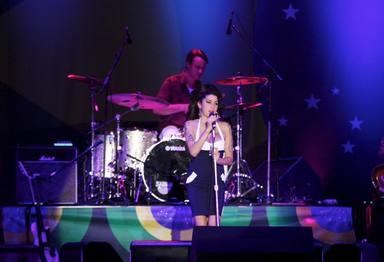 Amy Winehouse sobre el escenario en uno de sus últimos conciertos