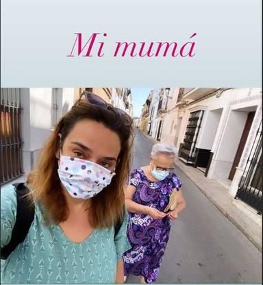 Toñi Moreno disfruta de la compañía de su masdre en Sanlúcar