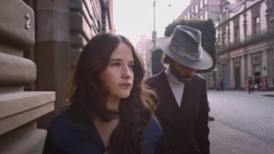 'Histéricos' es el dueto de Leiva con Ximena Sariñana con un videoclip en el que pasean por Ciudad de México