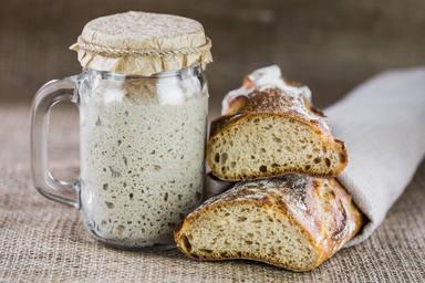 La levadura y la harina para recetas durante el confinamiento