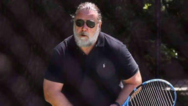 Russell Crowe domina las pistas de tenis y nos muestra su nuevo amor