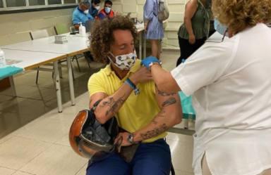 José Antonio León comparte una fotografía vacunándose