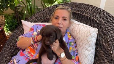 Carmen Borrego junto a su perrita Nía