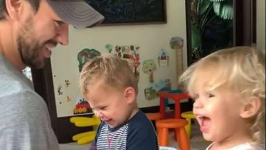 Nada de tecnología: el juego más divertido es este de Enrique Iglesias con sus mellizos Nicholas y Lucy