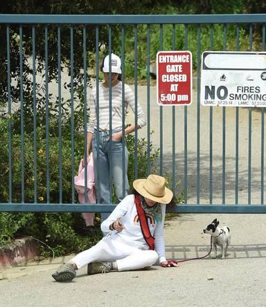Andie MacDowell y sus hijas, pilladas saltándose el confinamiento