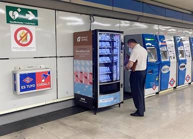Mascaretes a les màquines expenedores de metro de Barcelona