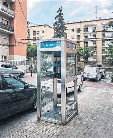 """T'expliquem quin serà el destí de la darrera cabina de telèfon """"clàssica"""" de Barcelona"""