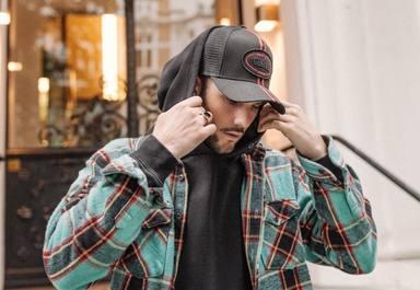 Oblack Caps es la marca de gorras que triunfa entre los artistas más influyentes del momento