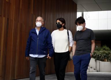 Xavier Sardà junto a su familia en el último adiós a su hermana Rosa María