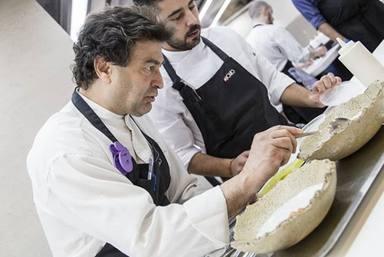 Pepe Rodríguez manos en la masa en las cocinas