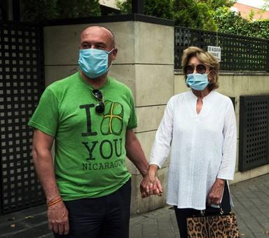 Mila Ximénez junto a su hermano Manolo, portavoz de esta con los medios durante su enfermedad