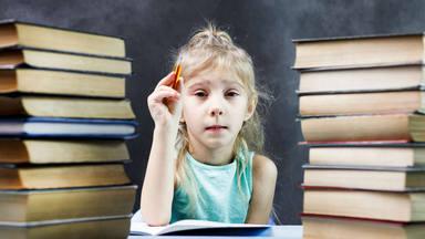 niña y libros