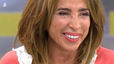 María Patiño sonríe al escuchar No dejes de soñar de Manuel Carrasco