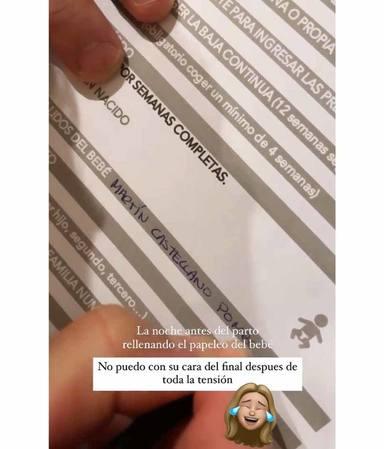Pablo Castellano rellenando el apellido de su hijo