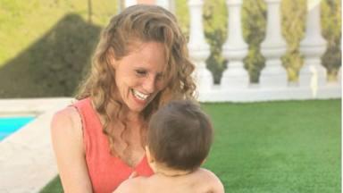 El primer día de piscina de María Castro con su hija