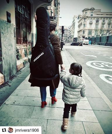 Vega compatibiliza su faceta como madre y artista