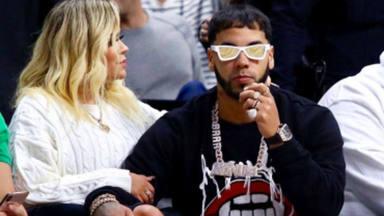 Anuel y Karol G en un partido de la NBA