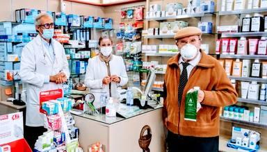 Salud recuerda a pensionistas y mayores de 65 años la importancia de recoger mascarillas en su farmacia