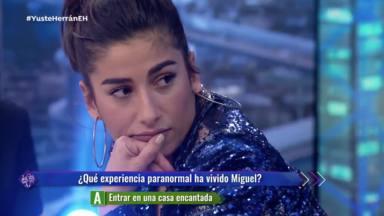 Carolina Yuste escuchando la historia de Miguel Herrán