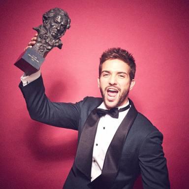 Pablo Alborán con el Premio Goya obtenido en 2016