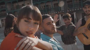 Nicki Nicole invita al rapero español Delaossa a participar en 'Me Has Dejado', poniéndole palmas y guitarra