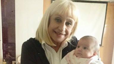 Raffaella Carrà con la hija de Laura Pausini en brazos en una foto compartida por esta tras su muerte