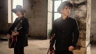 Así suenan, juntos, Mikel Erentxun y Bunbury con la canción 'Veneno' que estrenan con su vídeo musical
