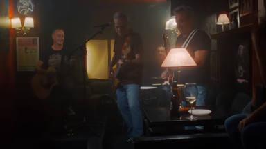 Hombres G estrena 'Antes de ti' dinamitando de romanticismo el mítico Bar Rowland para el videoclip oficial