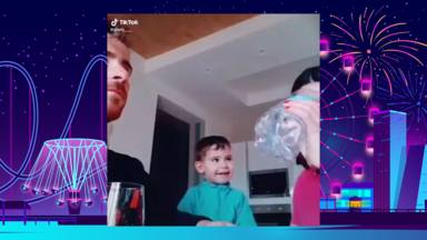 Este niño se parte de risa con el truco de magia de sus padres